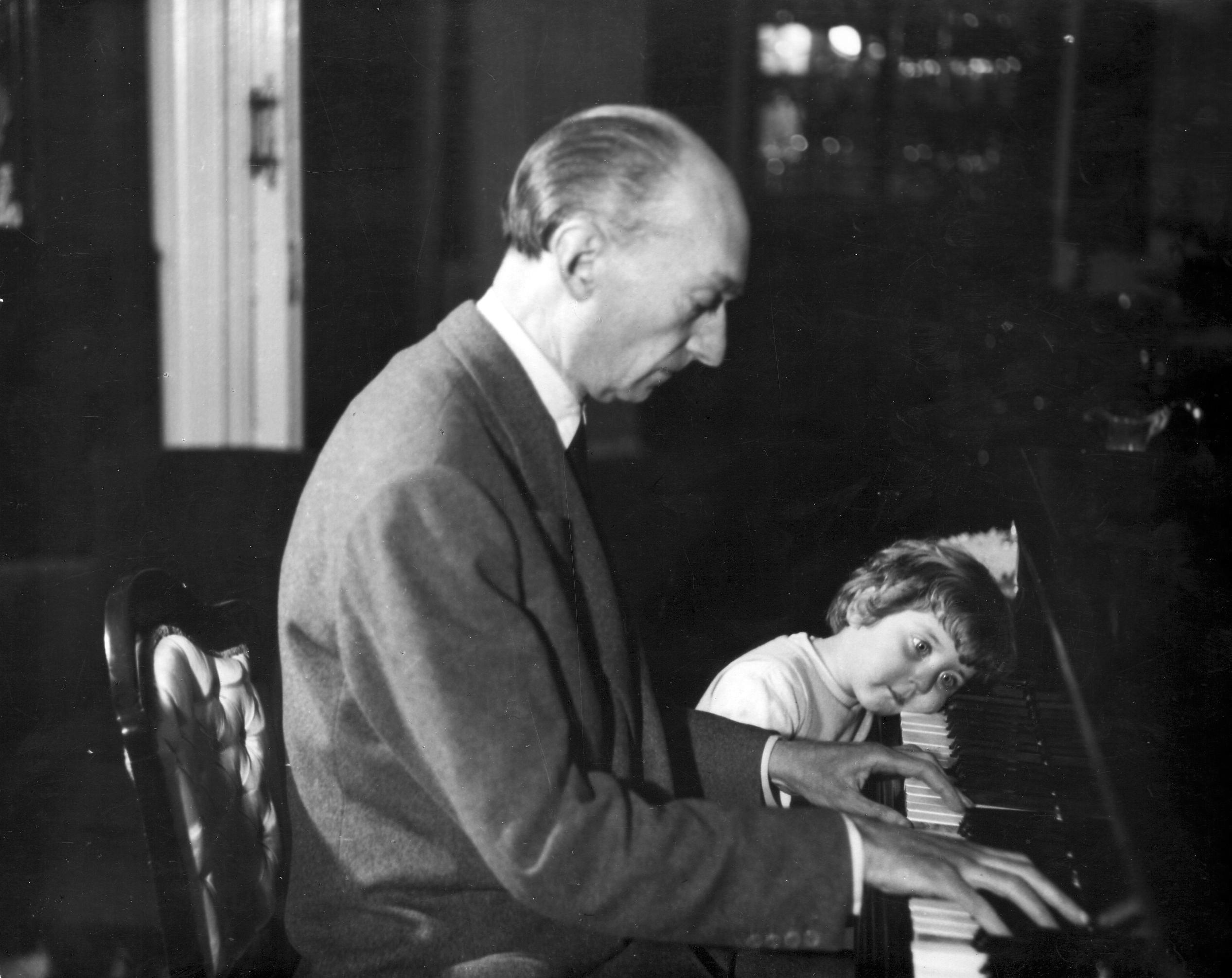 Mompou-al-piano-amb-la-seva-fillola-Elisenda-Janés-aprox-1955